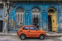 Stary mały samochód w frontowym starym błękita domu w losie angeles Hawańskim, Kuba fotografia stock