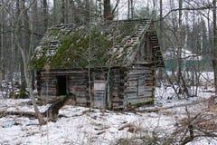 Stary mały zaniechany i rujnujący dom na wsi w Rosja Obraz Stock