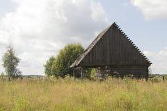 Stary mały zaniechany i rujnujący dom na wsi w Rosja Zdjęcie Royalty Free