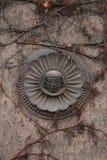 Stary maszkaron przerastający z pięcie roślinami w Berlin, Niemcy fotografia royalty free