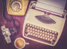 Stary maszyna do pisania na starym drewnianym stole z kawową starą kamerą Zdjęcie Stock