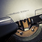 Stary maszyna do pisania z teksta ściąganiem tutaj zdjęcia royalty free
