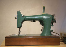stary maszynowy szyć Dziejowego pedała szwalna maszyna Antykwarski fundacyjny tło Zdjęcie Royalty Free