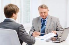 Stary mężczyzna i młody człowiek ma spotkania w biurze Zdjęcia Royalty Free