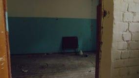 Stary meble i drzwi, śmieci wśrodku starego zaniechanego domu, poruszająca kamera naprzód, dzień zbiory