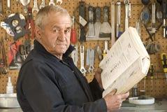 stary mechanika czytanie Zdjęcie Royalty Free