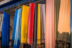 Stary Medina souk fez, rzemieślnika kolorowa marokańska skóra sklep, Zdjęcia Stock