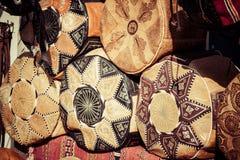 Stary Medina souk fez, rzemieślnika kolorowa marokańska skóra sklep, Obrazy Royalty Free