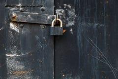 Stary metalu drzwi magazyn, hangar, gara? Czarny t?o zdjęcia royalty free