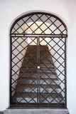 Stary metalu drzwi wewnątrz z schodkami gravedigger Obrazy Stock