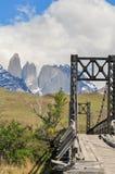 Stary metalu most z górami w tle obrazy royalty free