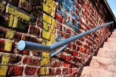 Stary metalu poręcz na ścianie z graffiti Zdjęcie Stock