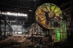 Stary, metalurgiczny firmowy czekanie dla rozbiórki, obrazy stock