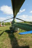 Stary Mi-2 helikopter na trawie Yalutorovsk Rosja Obrazy Royalty Free