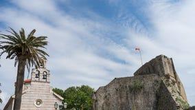 Stary miasteczko Budva, Montenegro - stary kamienny kościelny czepianie forteca Budva Adriatycki morze Kwiaty i palmy fotografia stock