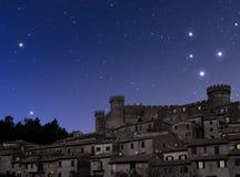 Stary miasteczko dominujący kasztelem przy nocą Obrazy Royalty Free