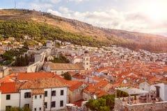 Stary miasteczko Dubrovnik, czerwoni kafelkowi dachy, dziejowy pejzaż miejski, Chorwacja obrazy stock
