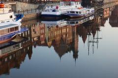 Stary miasteczko Gdański jak odzwierciedlone w Motlawa rzeki, Polska Obrazy Stock