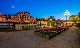 Stary miasteczko i świrony Brda rzeką przy nocą Bydgoski zdjęcie stock
