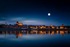 Stary miasteczko odbijający w rzece przy zmierzchem zdjęcie royalty free