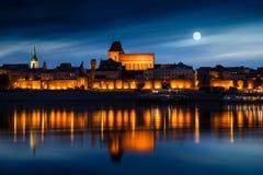 Stary miasteczko odbijający w rzece przy zmierzchem poland Torun obrazy royalty free