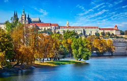 Stary miasteczko Praga, republika czech nad rzecznym Vltava z świętego Vitus katedrą na linii horyzontu Jaskrawy słonecznego dnia Obraz Stock