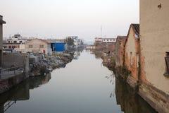 Stary miasteczko rzeką zdjęcia royalty free