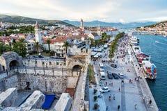 Stary miasteczko Trogir z tłoczy się turyści, widok od Kamerl Fotografia Royalty Free