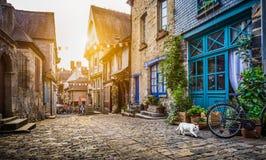 Stary miasteczko w Europa przy zmierzchem z retro rocznika filtra skutkiem