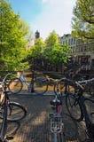 Stary miasto kanał w Utrecht Rowery na moscie Malowniczy miasto dla odwiedzać turystów podczas ich wakacji Obraz Royalty Free