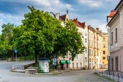 Stary miasto wciąż uśpiony w ranku, zawijającym ulicą. Zdjęcie Stock