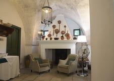 Stary miedziany kucharstwo niecek i garnków pokaz nad salopa w Masseria Il Frantoio, Południowy Włochy zdjęcia stock