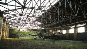Stary militarny samolot w hangarze zbiory wideo