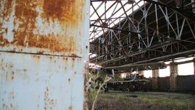 Stary militarny samolot w hangarze zdjęcie wideo