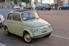 Stary mlecznozielony Fiat 500 na ulicie w Rzym, Włochy Fotografia Royalty Free