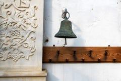 Stary mosiężny dzwon na ściennym zakończeniu w górę fotografia royalty free