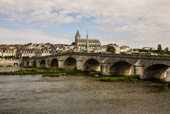 Stary most nad Loire w Blois, Francja. Katedra Blois ja obrazy royalty free