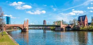 Stary most z Portikus nad rzeczną magistralą w Frankfurt magistrala - Niemcy - Am - obrazy royalty free