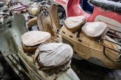Stary motocykl, moped i hulajnoga, rocznika tło Fotografia Royalty Free