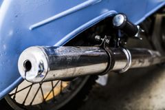 Stary motocykl z ostrością na chrom wydmuchowej drymbie zdjęcia royalty free