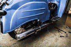 Stary motocykl z ostrością na chrom wydmuchowej drymbie obrazy royalty free