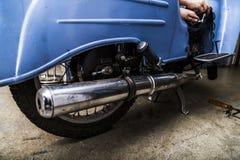 Stary motocykl z ostrością na chrom wydmuchowej drymbie obraz royalty free
