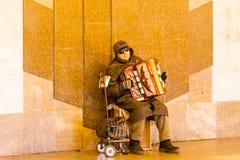 Stary muzyk bawić się akordeon w ulicie, Moscow zdjęcie royalty free