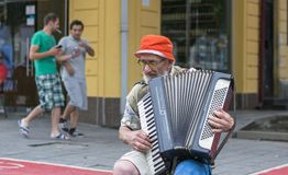 Stary muzyk na ulicie Obrazy Royalty Free