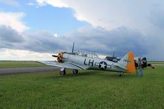 Stary myśliwski amerykanina samolot na zieleni pola bocznym widoku Fotografia Royalty Free