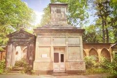 Stary myjący grobowiec w wiośnie fotografia royalty free