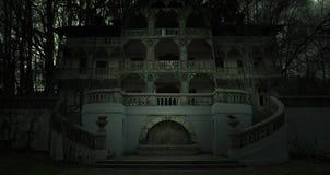 Stary nawiedzający dom w ciemnej horror atmosferze zdjęcia stock