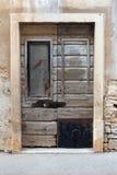 Stary nieociosany drewniany drzwi zdjęcie royalty free