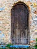 Stary nieociosany drewniany drzwi z b??kitnym krokiem fotografia stock