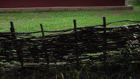 Stary nieociosany drewniany płotowy panning widok zdjęcie wideo